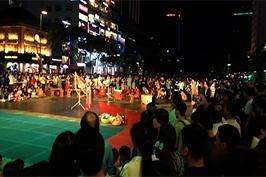 Nhà hát ca múa nhạc dân tộc Bông Sen biểu diễn tại phố đi bộ